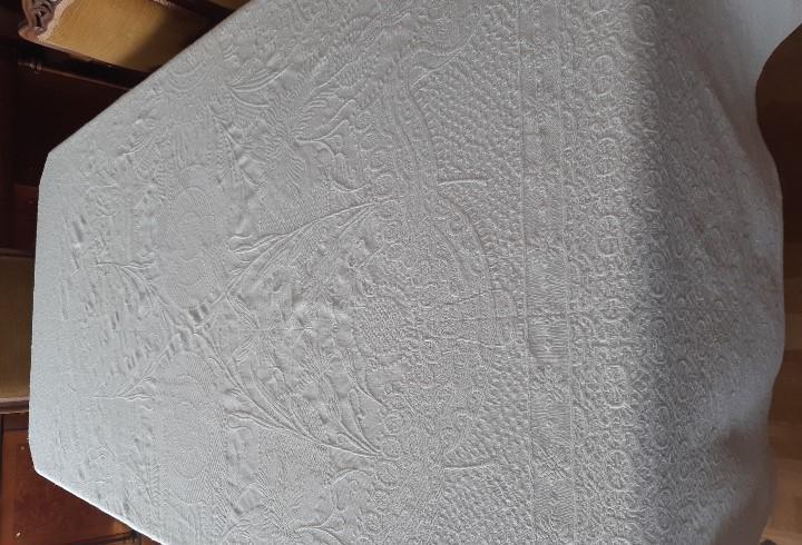 Antiguo mantel de algodon grueso haciendo dibujo de realce.