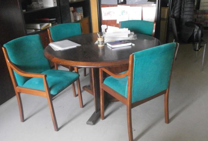 Mesa de juntas madera redonda 130 cm. altura 71 cm. con 4