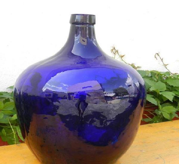 Preciosa damajuana de color azul. muy rara.