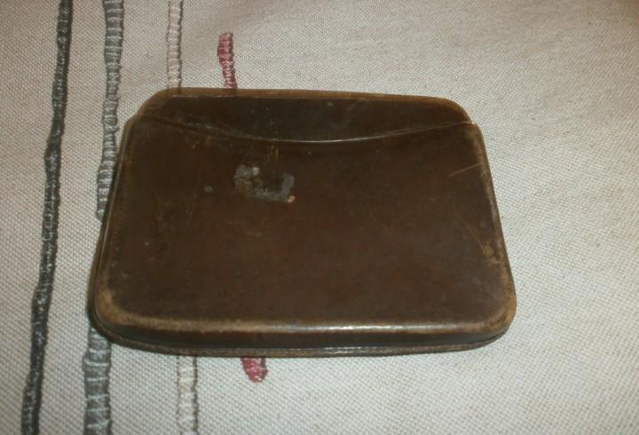 Antigua pitillera de cuero dos piezas. color marrón 10.5 x