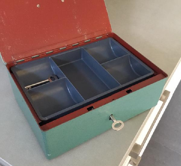 Caja de caudales de hierro artesana con llave y separador