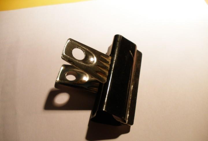 Correos - pinza metálica antiguas para sujetar hojas.