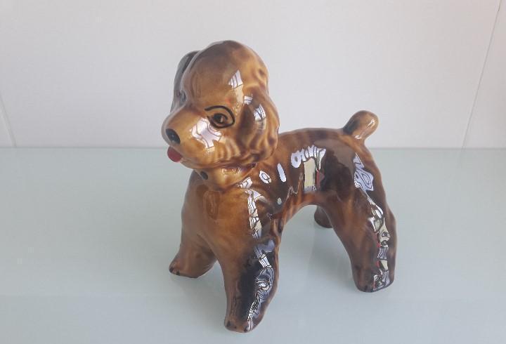 Figura de cerámica vidriada - perro de lanas - 14 cms.