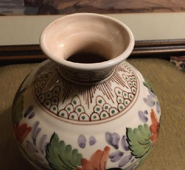 Jarrón de cerámica esmaltada y decorada. fabricada en