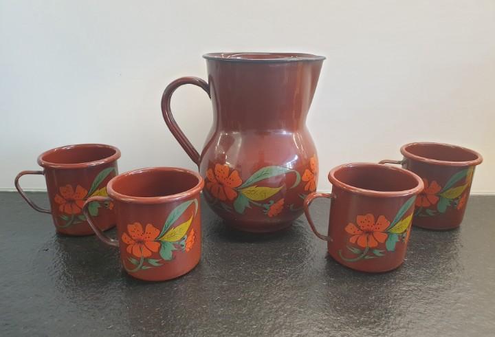 Juego antiguo de 1 jarra y 4 vasos de metal esmaltados