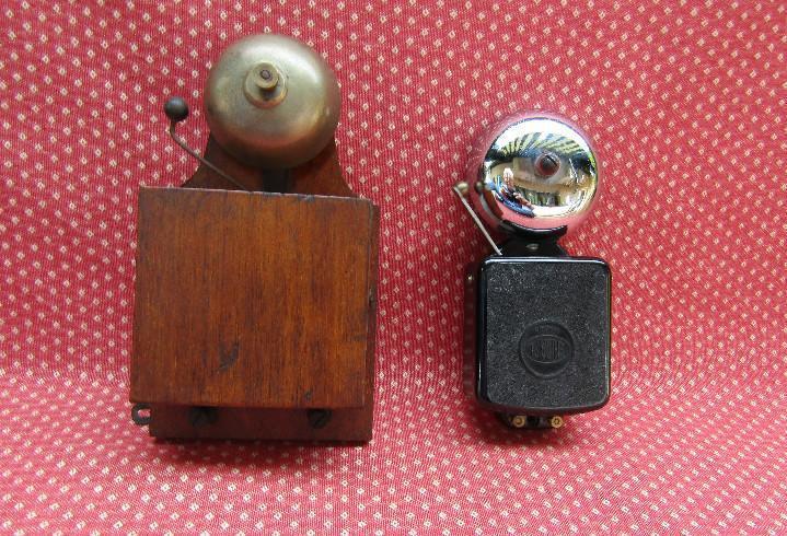 Lote de dos timbres antiguos de madera y baquelita,.