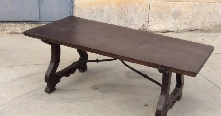 Mesa baja de centro con pata de lira y fiadores de hierro