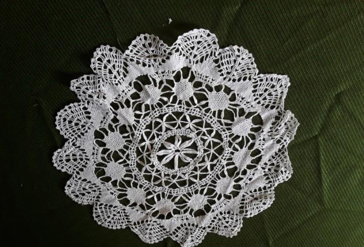Paño o tapete redondo de bolillos tipo flor de color blanco