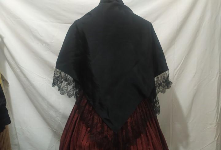 Pico negro con puntilla, manton