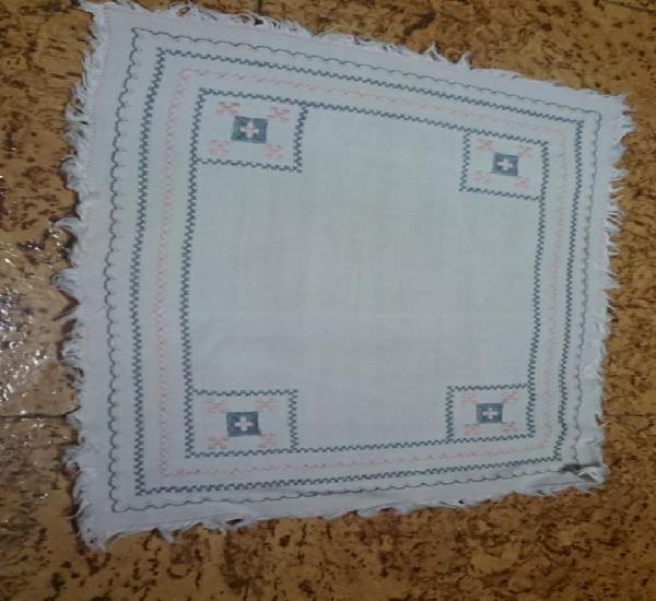 Tapete rectangular bordado con flecos realizado a mano