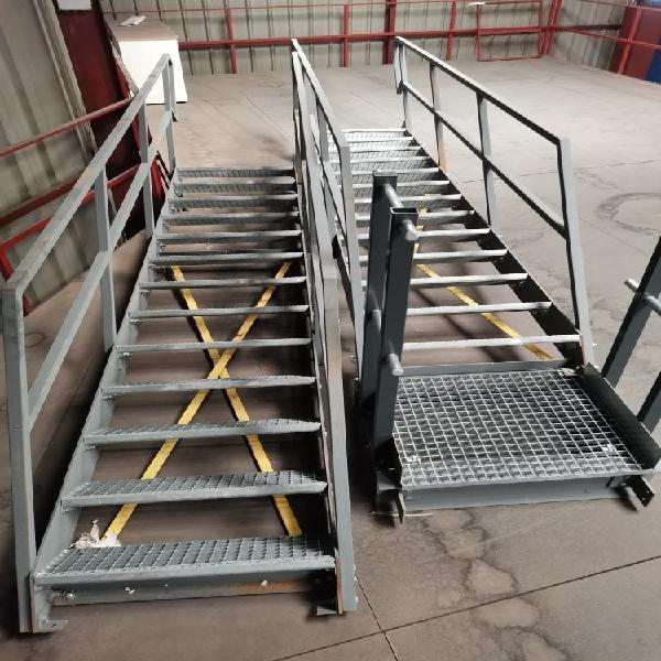 Escaleras metálicas de tramo con barandilla