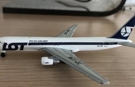 Avión boeing 767 lot 1:460
