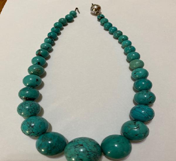 Collar formado por bolas de turquesa con diámetros entre 8