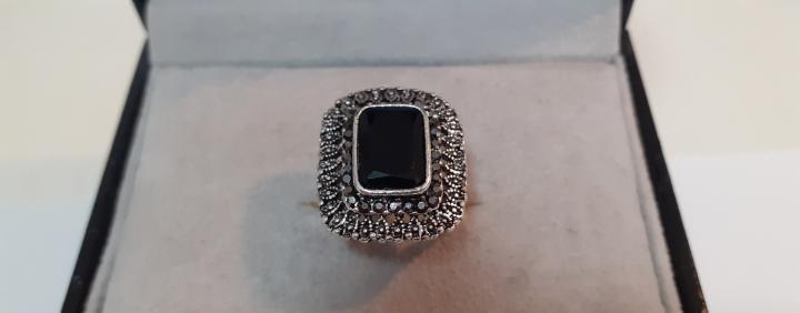 Fantastico anillo con onix central y peridotos