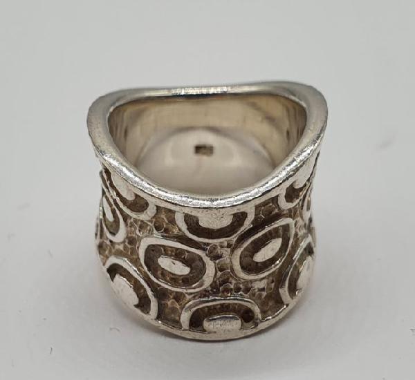 Moderno anillo de diseño tipo gaudí en plata de ley maciza