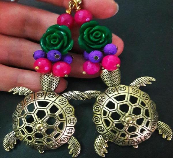 Pendientes con tortugas marinas con bouquet de flores