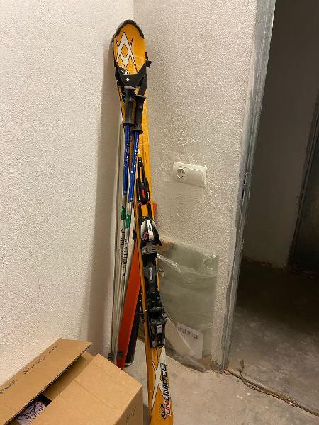 Botas de esquí, esquis, palos y ropa para esquiar