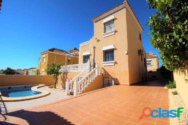 CHAlet independiente de 5 dormitorios con piscina privada en Villamartin