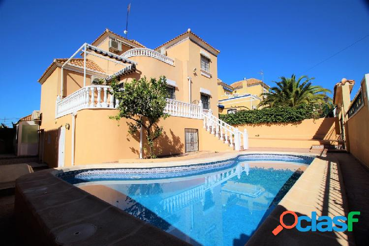 CHAlet independiente de 5 dormitorios con piscina privada en Villamartin 3