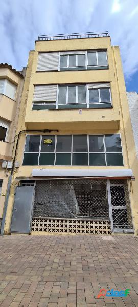 Casa adosada de 145 M2, con local comercial y 2 almacenes 3