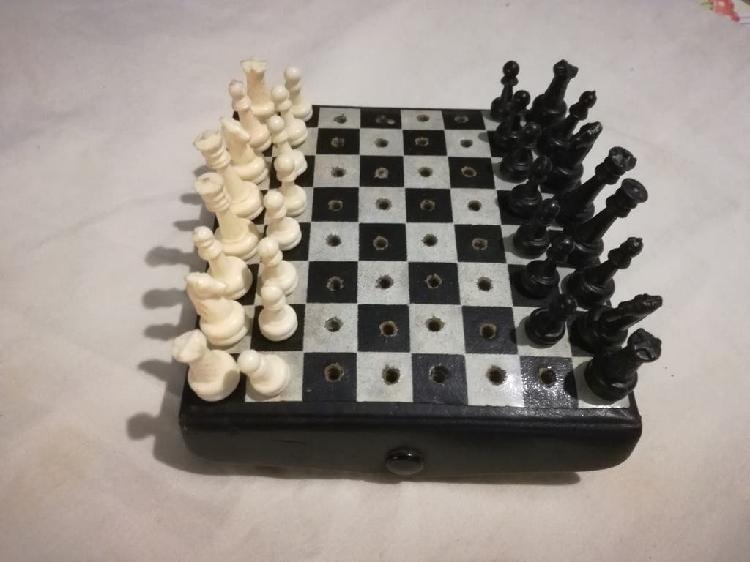 Antiguo juego de ajedrez de viaje