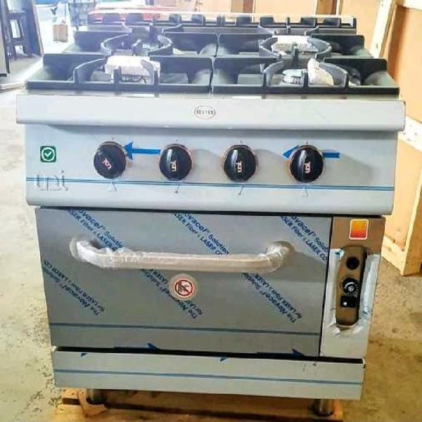 Cocina industrial con horno nuevo