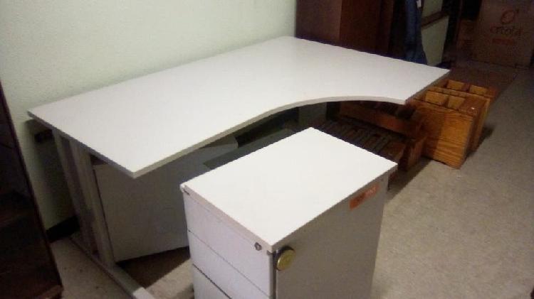 Mesa de oficina con cajones