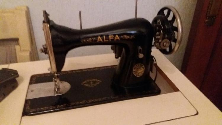 Máquina de coser antigua alfa con motor