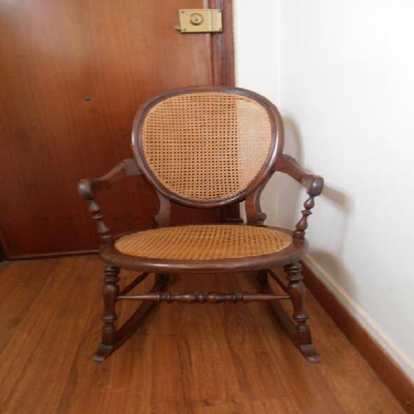 Silla mecedora, antigua (artesanía en madera)
