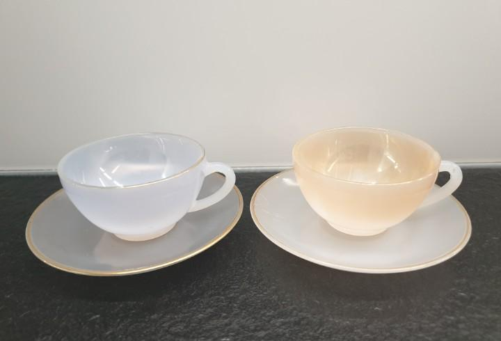 Dos servicios de café en cristal irisado con ribetes de oro