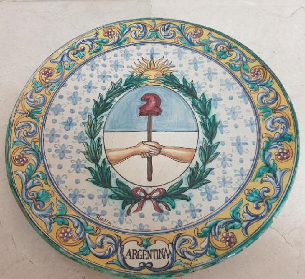 Excepcional plato de gran tamaño con escudo de argentina en