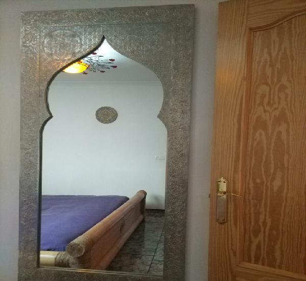 Espectacular espejo de pared de cuerpo entero repujado