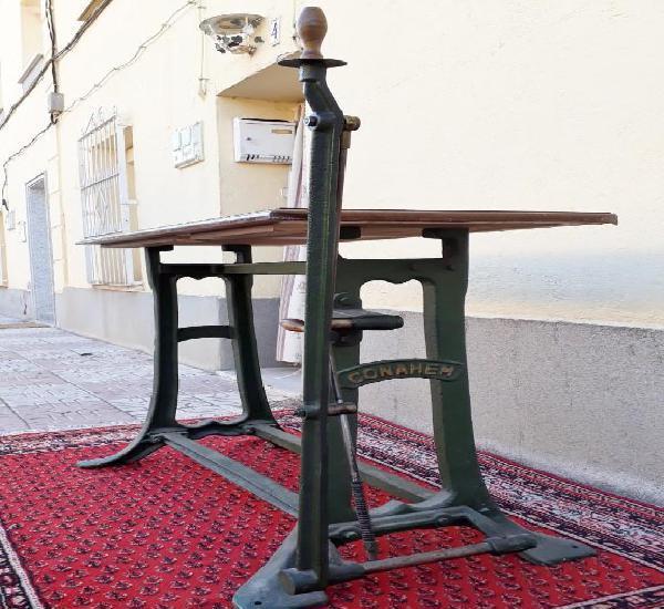 Mesa antigua vintage estilo industrial. mesa de dibujante