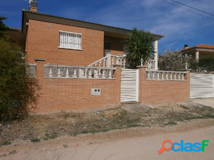 Chalet independiente con piscina.
