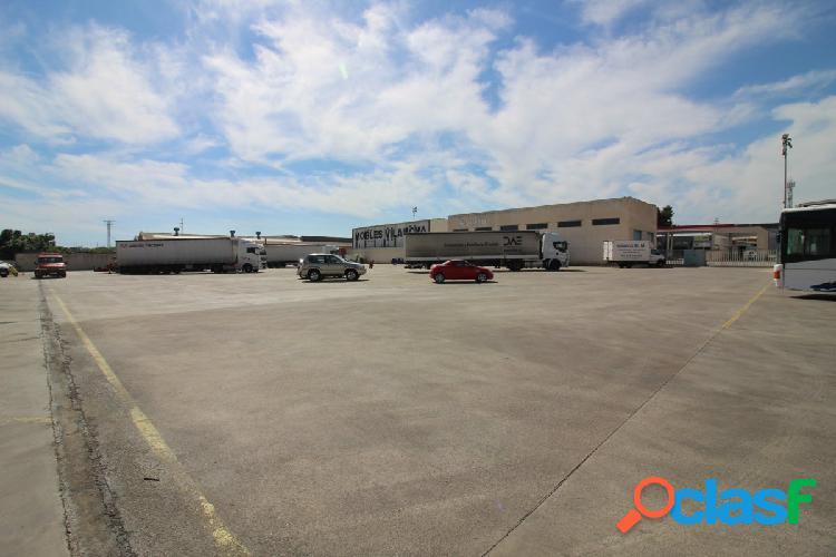 Plazas de parking para vehículos industriales junto al lidl
