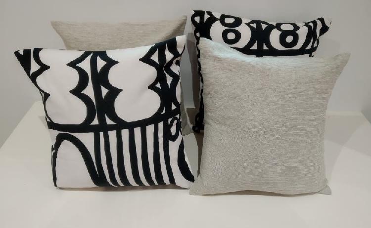 Cojines con relleno color blanco y negro