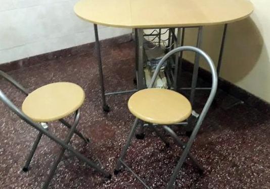Mesa plegable con dos taburetes