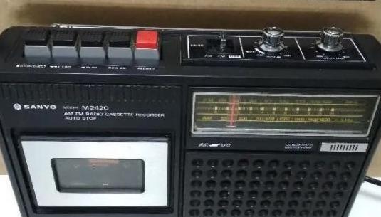 Radio antigua con cassette sanyo 2420