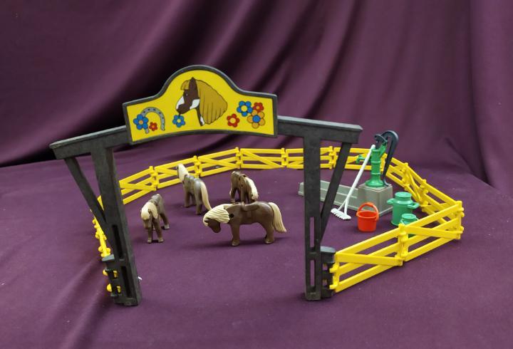 Granja pony playmobil.