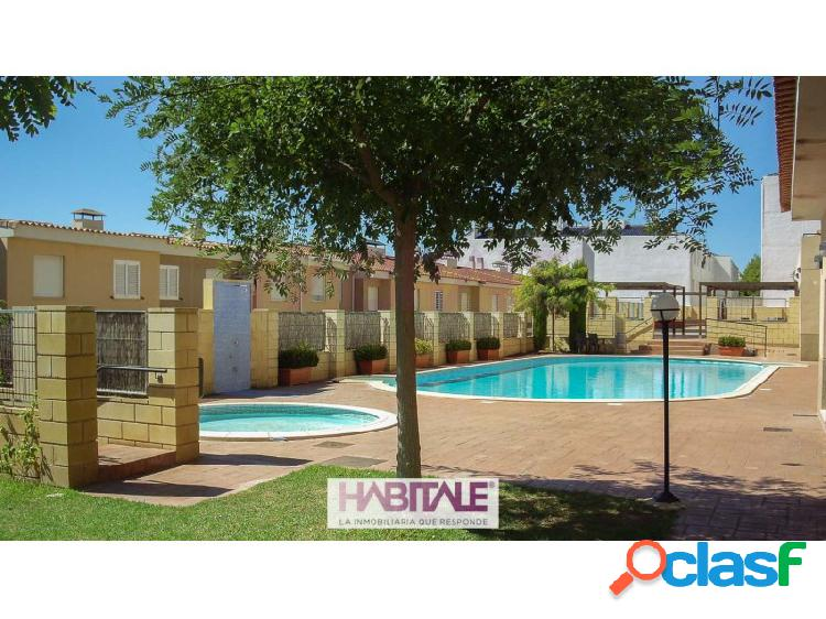 Ático dúplex con inmejorables vistas en complejo residencial junto al casco urbano de náquera, con piscina y jardín comunitarios. la vivienda, ubicada en segunda planta, tiene una extensión d