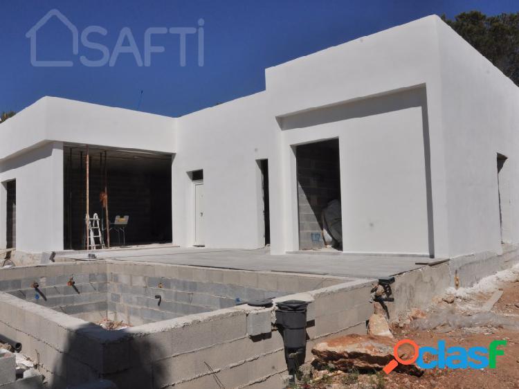 Chalet unifamiliar de obra nueva, en fase de 80% de la construcción, construido con materiales de alta calidad.
