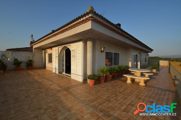 Beautiful property with 3 bedrooms, garden with pool, large garage