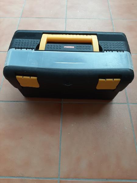 Caja de herramientas grande color negro.
