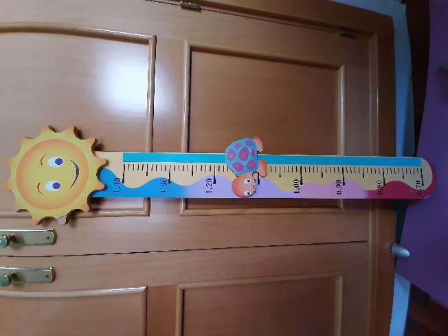 Regalo medidor de altura para niños y muñecos decorativos.