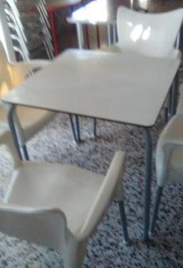 Mesa con sillas jardín