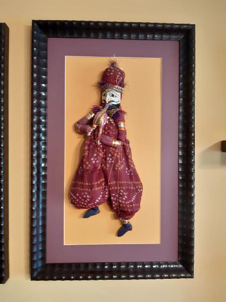 Marioneta masculina india enmarcada