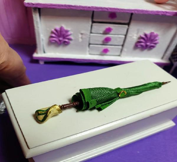 Casas muñecas. miniaturas 1:12. paraguas en fonos verdes