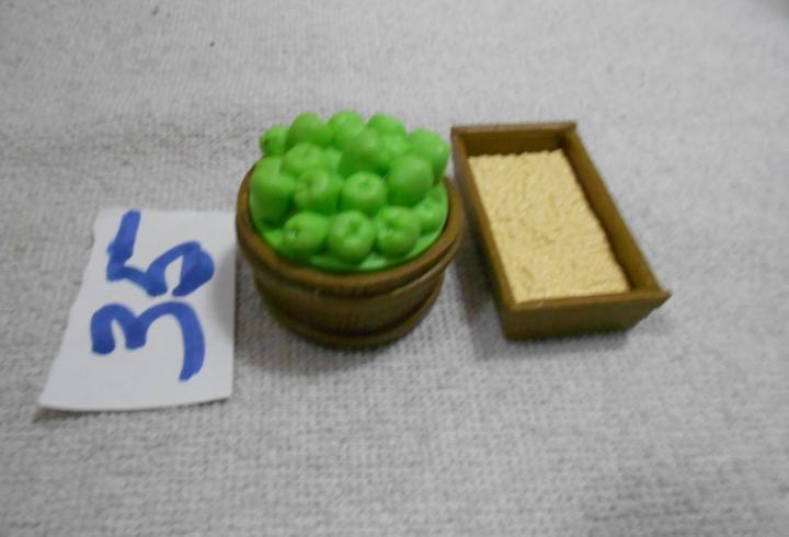Figura de goma o pvc comederos para animales con manzanas y
