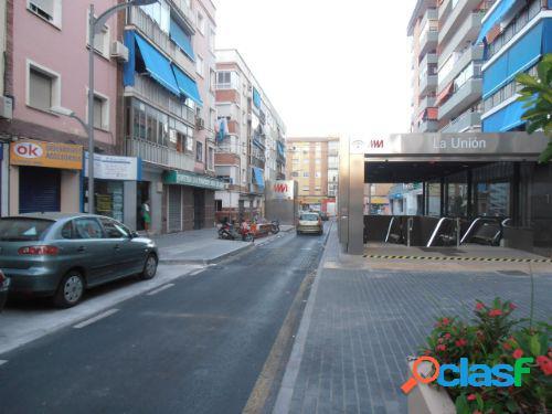 Local comercial con paso peatonal y vehiculos.