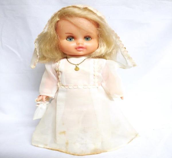 Antigua muñeca vestida de comunión.